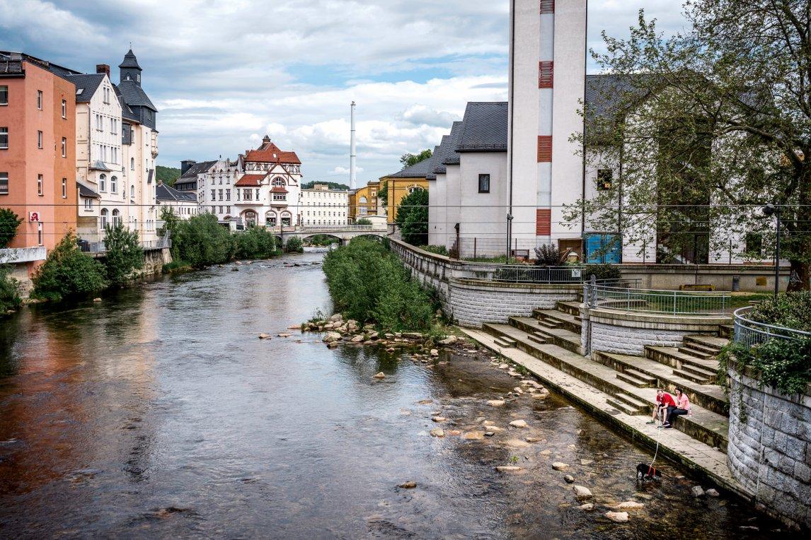 <p>STADT LAND FLUSS<br /> In Aue genießt ein Paar mit Hund den Blick auf die Zwickauer Mulde im südwestlichen Sachsen</p>