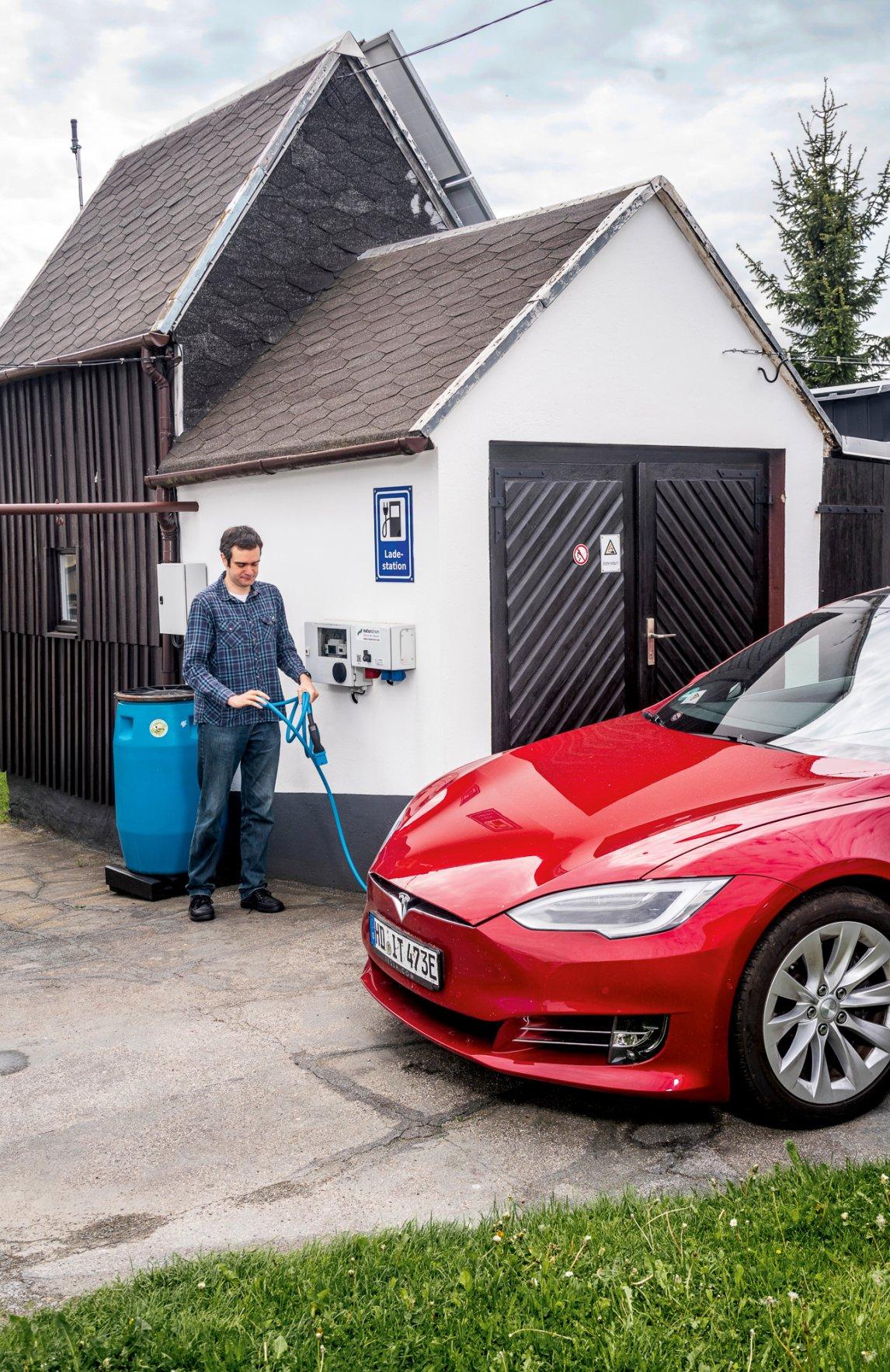 <p>UNTER STROM<br /> Thomas Waltherkämpft vor seinem Hausin Drebach mit dem Kabelsalat. Die Ladestation für seinen Tesla und dieSolaranlagen hat der IT-Berater selbst gebaut</p>