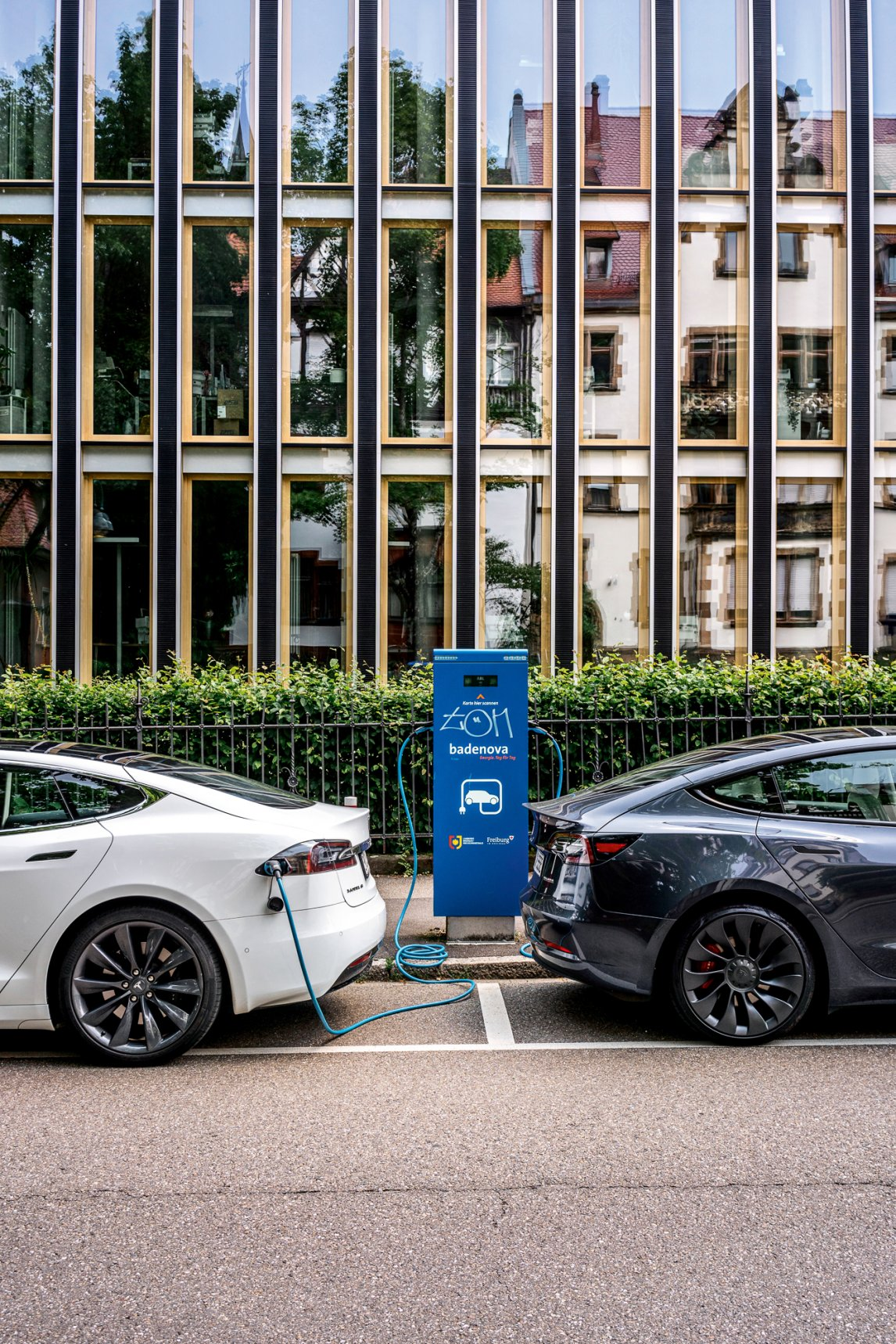 <p>DOPPELHERZ<br /> Freiburg gilt als Zentrum der E-Mobilität. Der Ausbau der Ladesäulen wird von der Stadt großzügig unterstützt</p>