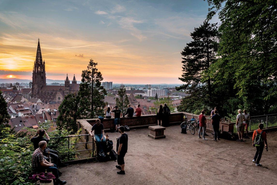 SITZEN WIE IN EINER ANSICHTSKARTE Vom Schlossberg aus hat man den perfekten Blick auf das Freiburger Münster und die ganze Stadt. Die Anziehungskraft der für seine grüne Lebensart berühmten Metropole treibt die Region an die Grenzen des Wachstums