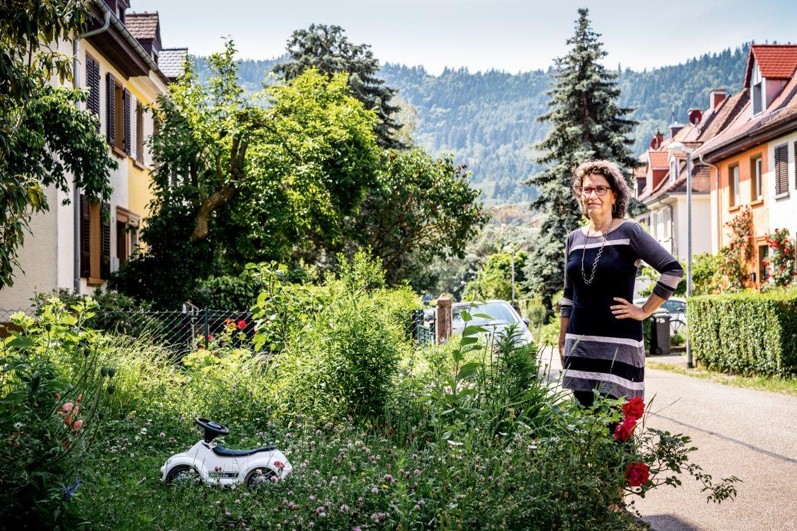 <p>KLIMANEUTRAL<br /> Klimamanagerin Ilaria De Altin führt durch das Waldseeviertel, wo bestimmte Autos sogar im Garten parken dürfen</p>