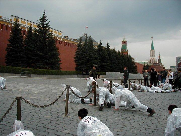 <p>Aktivistinnen und Aktivisten von Ecodefense bei einer Anti-Atom-Protestaktion auf dem Roten Platz in Moskau, 2002</p>