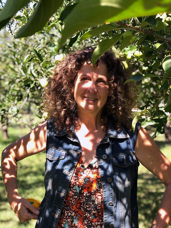 <p>Eva Mas zwischen ihren Oliven- und Zitronenbäumen</p>
