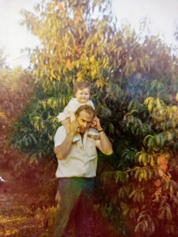 <p>Ein altes Foto zeigt Juan Mas mit Tochter Eva auf seiner Pfirsichplantage</p>