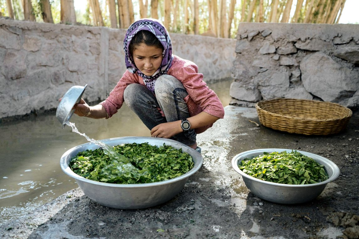 ERSCHÖPFUNG Neben allen anderen Sorgen ist Afghanistan auch stark vom Klimawandel gebeutelt. Im Dorf Laghman ist dieser Kanal die einzige Wasserstelle. Frauen und Mädchen laufen mehrmals täglich dorthin, um Essen und Kleidung zu waschen. Nach einer Dürre sank der Pegel 2018 so stark, dass das Wasser kaum erreichbar war – am Ufer bildeten sich Schlangen. Gol Chaman stand so lange an, dass ihr oft weder Zeit noch Kraft für Hausaufgaben blieben