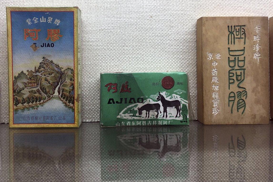 Ejiao wird in China schon seit Jahrtausenden als Heilmittel verwendet. Der Hersteller Dong'e Ejiao stellt alte Packungen im hauseigenen Museum aus.