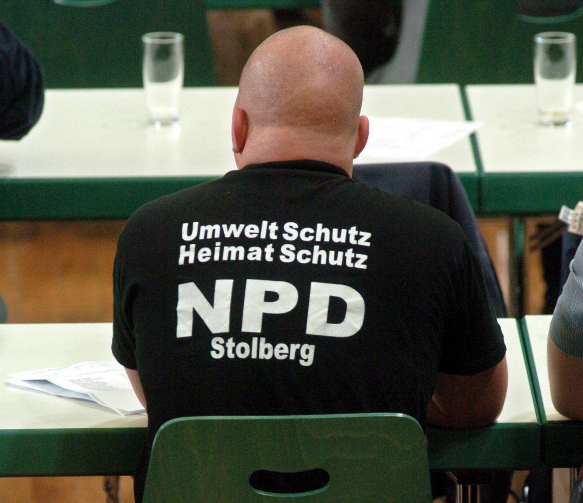 """Ein Delegierter mit einem T-Shirt mit dem Aufdruck """"Umweltschutz Heimatschutz NPD Stolberg"""" beim NPD-Bundesparteitag im thüringischen Leinefelde"""