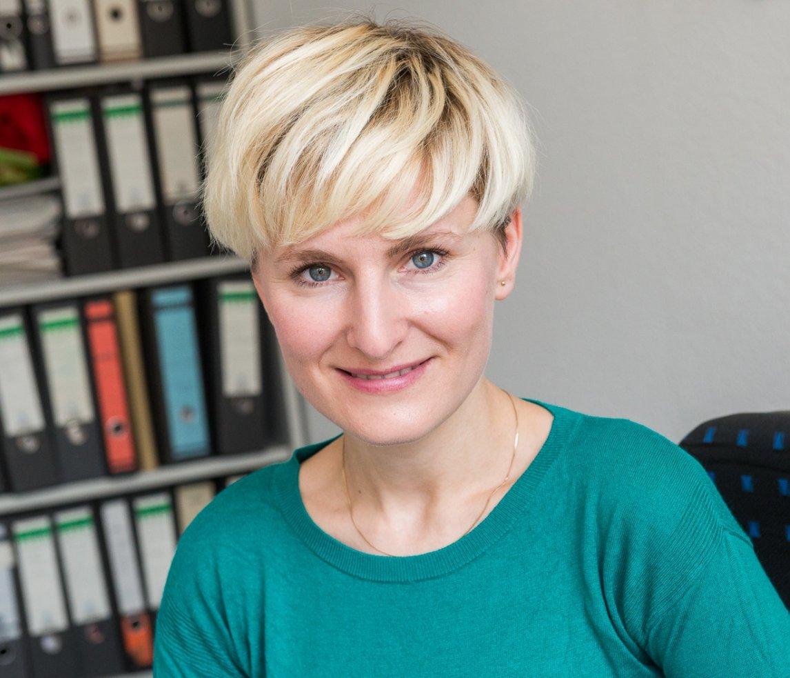 Claudia Till testet für die Stiftung Warentest Kaffeemaschinen, Waschmaschinen – oder auch mal die Unternehmensverantwortung von Kreuzfahrt-Anbietern.