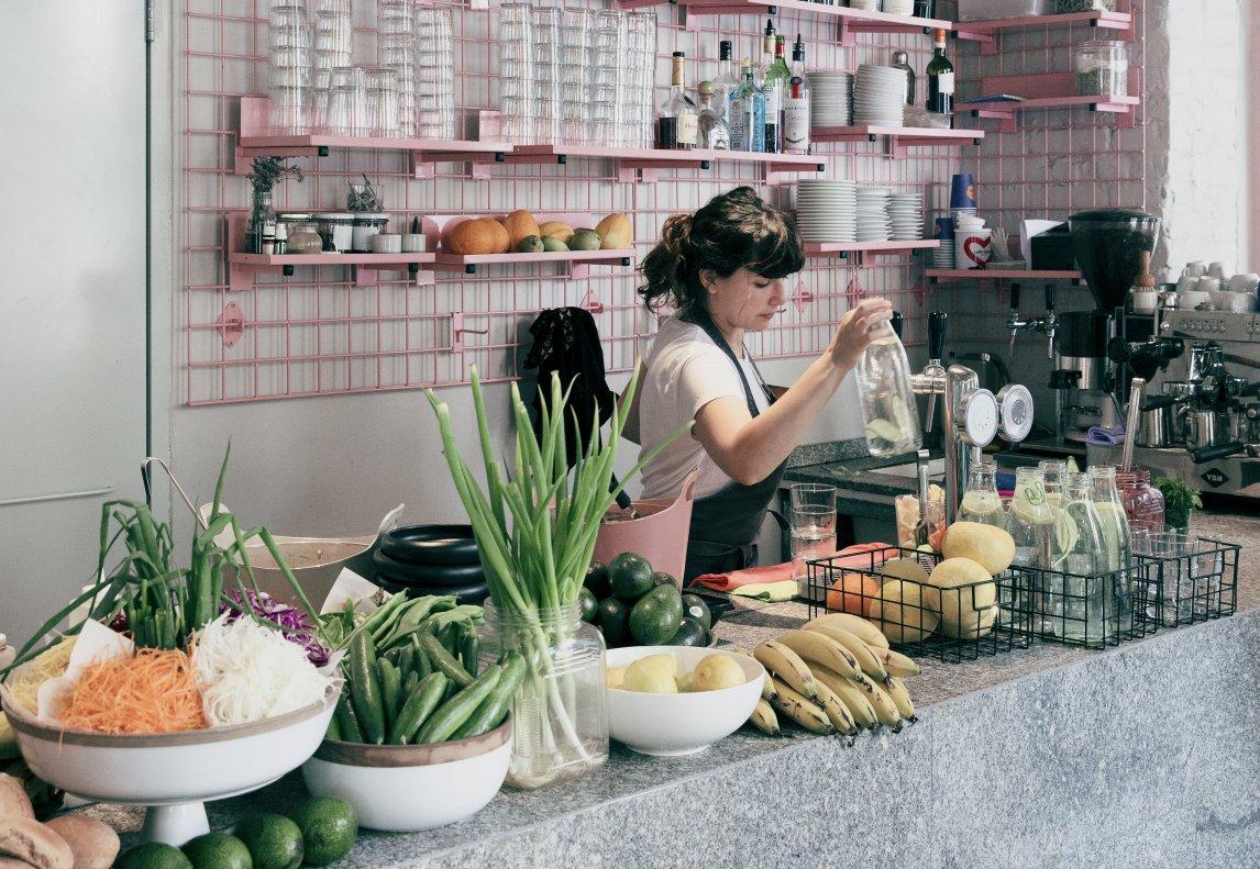 Im Lokal Bana im isrealischen Tel Aviv geht es um den Spaß an Essen und Genuß. Fleischersatz aus Tofu oder Seitan gibt es hier nicht, denn vegan soll für sich stehen